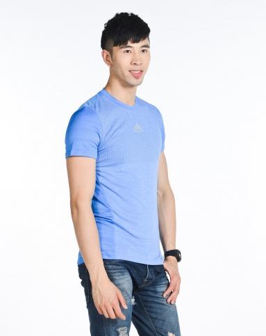 男子蓝色短袖t恤